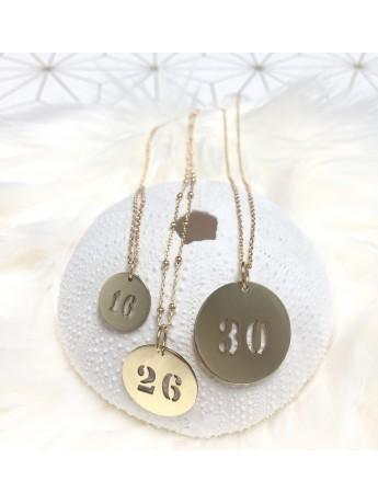Collier chaîne médaille chiffres ou lettres ajourés